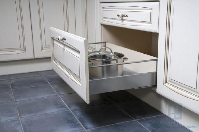 Шкафчик под рабочей поверхностью на кухне