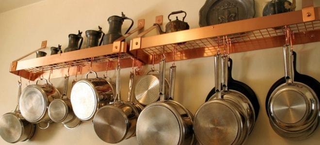 Посуда под полкой