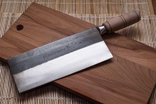 Китайский кухонный нож цай дао на разделочной доске