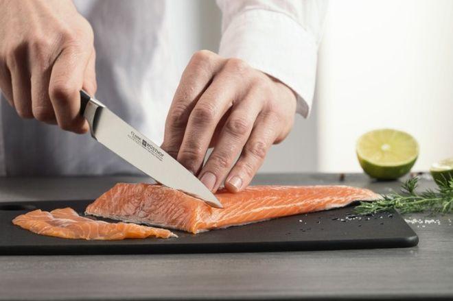 Разделка рыбы ножом для суши и роллов