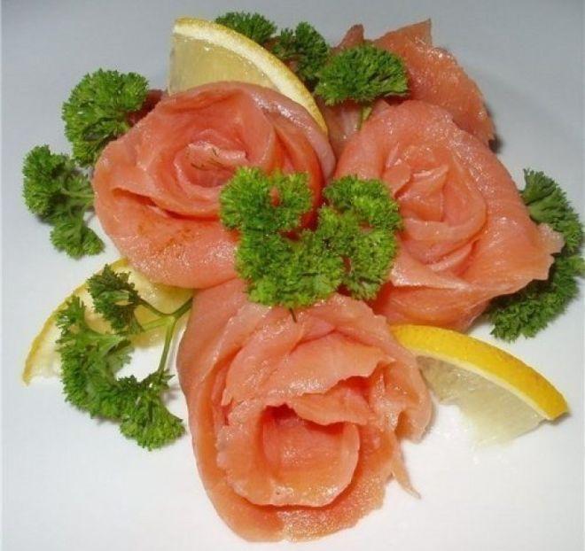 Рыбные розочки из рыбы нарезанной слайсами
