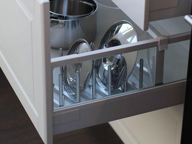 Хранение крышек в секции на кухне