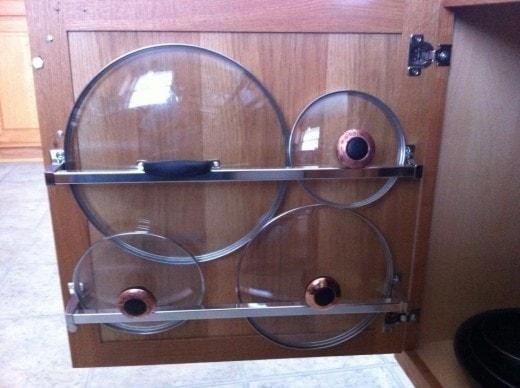 Хранение крышек на дверце