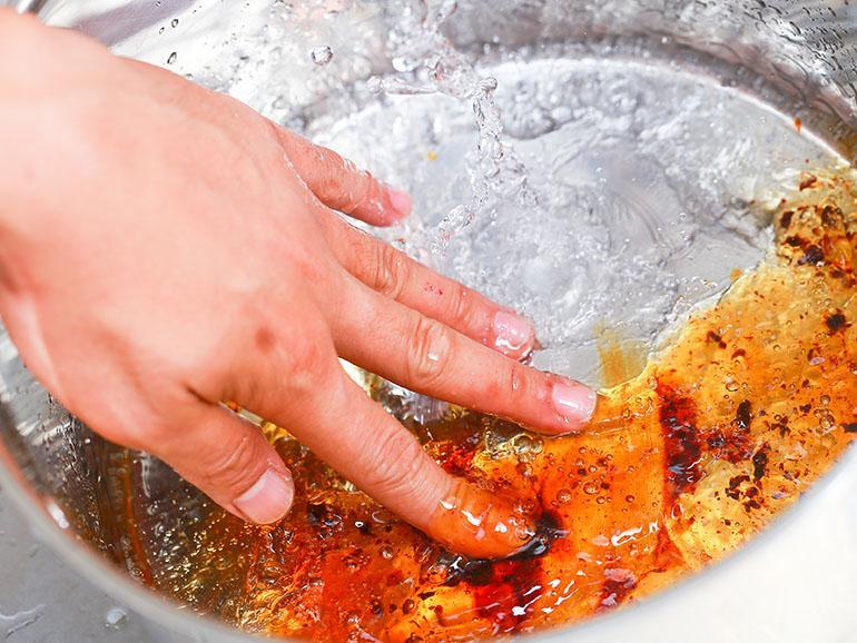 Как отмыть карамель от кастрюли