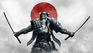 Японский самурай с мечами в руках