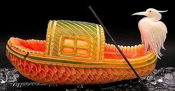 Кораблик вырезанный из арбуза с птичкой внутри