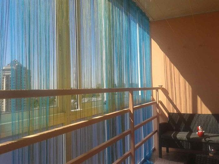 Нитяные шторы на балконе