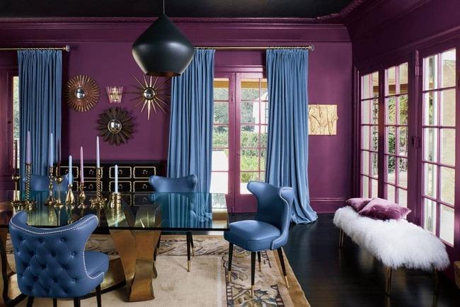 Голубые обои в фиолетовой комнате.