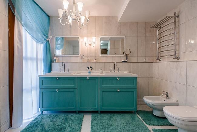 Ванная комната с голубыми шторами