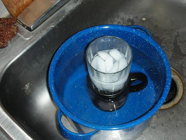 Кострюля с теплой водой