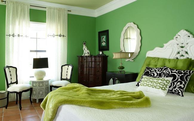Зеленые шторы к зеленым обоям.