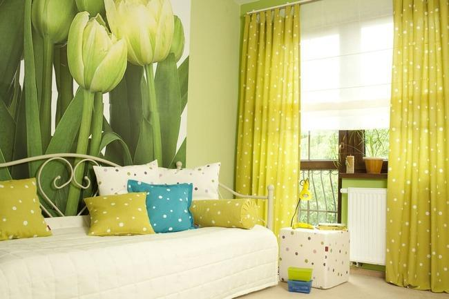 Жёлтые шторы и зелёные обои