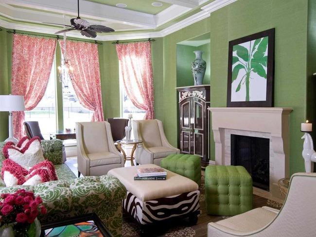 Зелёные обои и розовые шторы