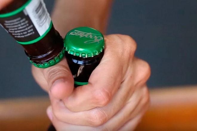 Открытие крышки второй бутылкой
