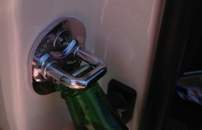 Открытие бутылки дверью