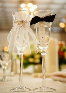 Как украсить свадебные бокалы своими руками.