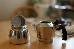 Строение гейзерной кофеварки.