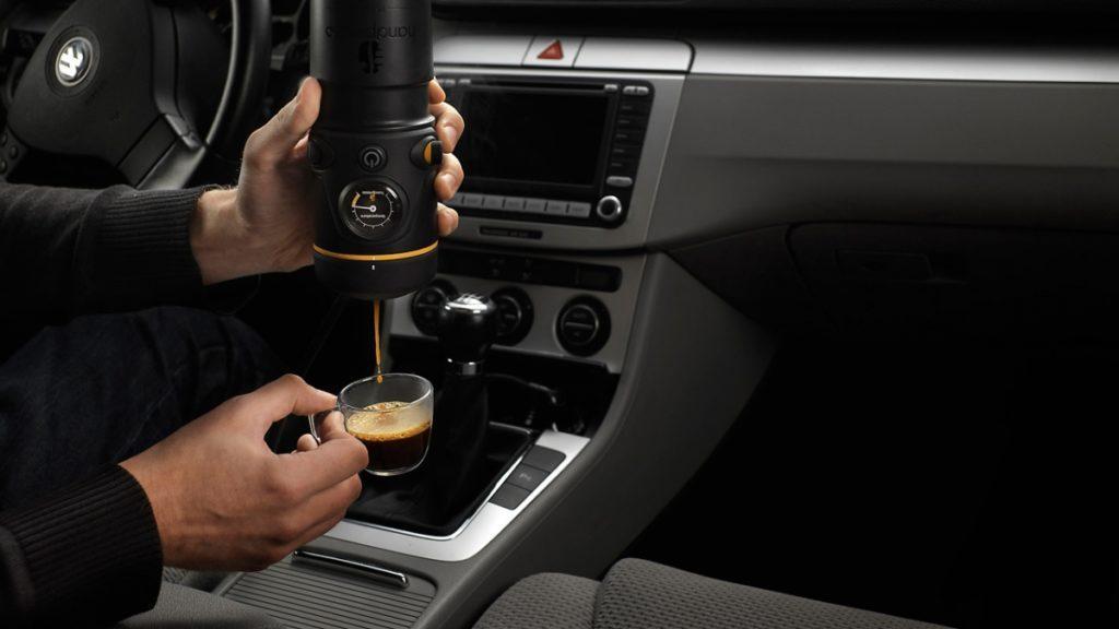 кофемашина в автомобиле.