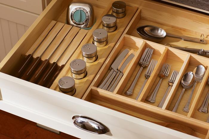 Хранение вилок и ложек на кухне.