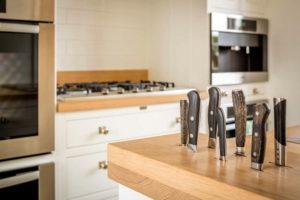 Использование столешницы для хранения ножей.
