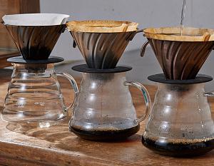 процесс заваривания кофе в воронке.