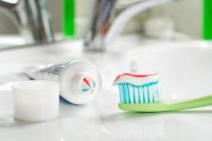 очистка посуды зубной пастой.