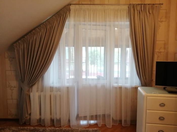 Шторы на окно с балконной дверью в гостиной: 8 идей нестандартного оформления