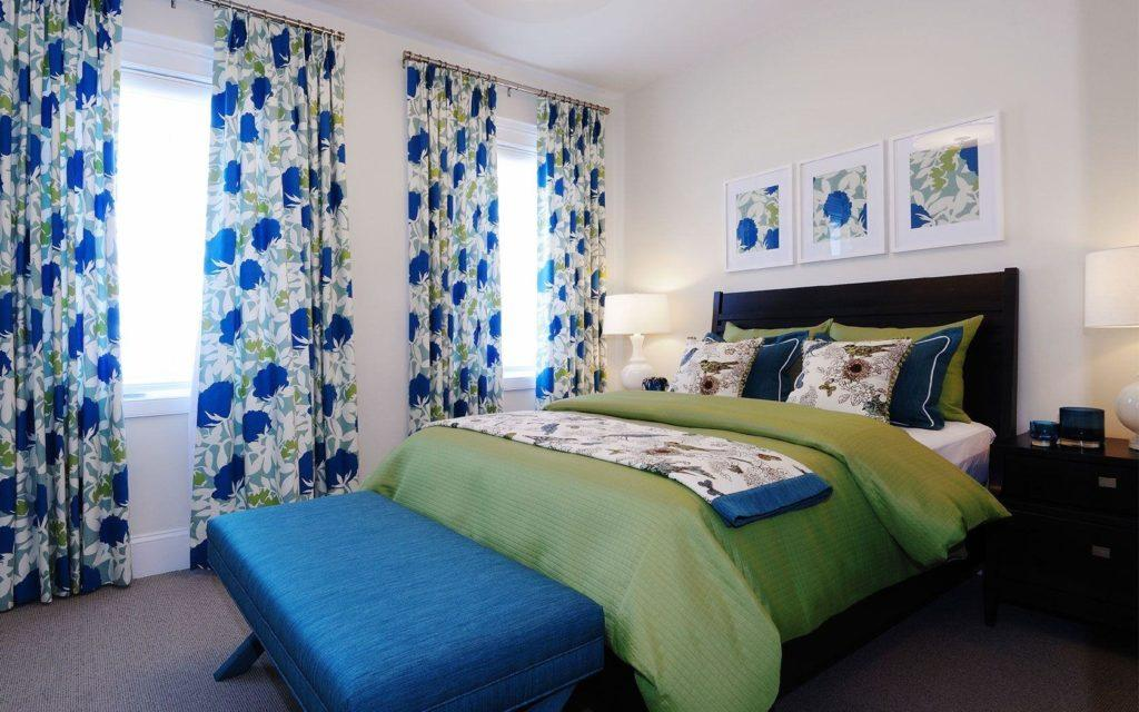 Синие занавески: фото в интерьере спальни, гостиной, ванной и на кухне
