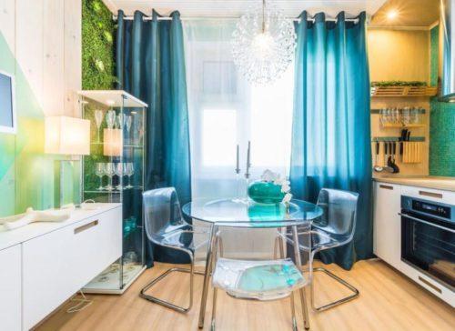 синие шторы на кухне.