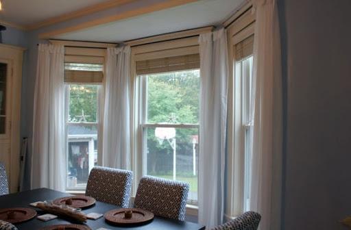Римские шторы на окне с эркером.