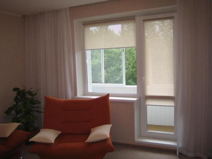 шторы на окно с балконом.