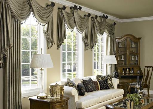 короткие шторы в гостинной.