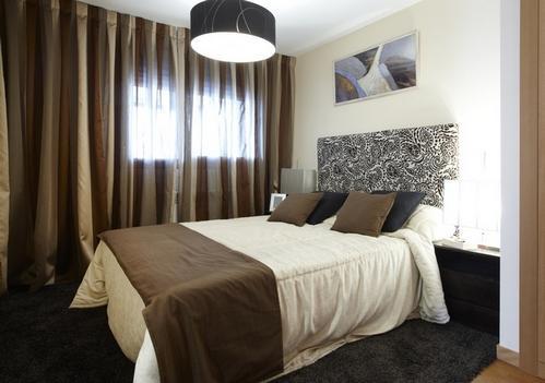 Коричневая тюль в спальне