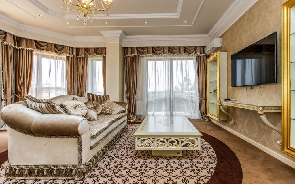 Шторы в спальню темно-коричневые и другие оттенки цвета в интерьере комнат
