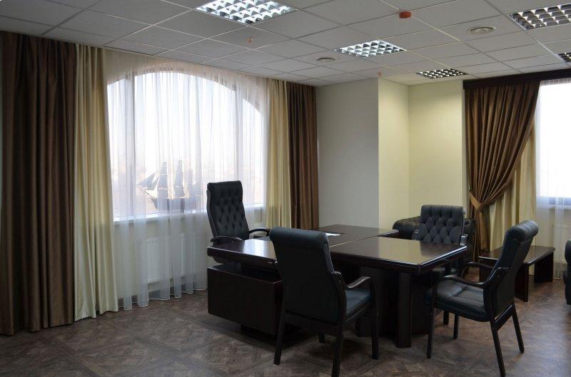 шторы коричневого цвета в офис.
