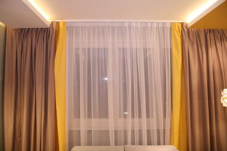 шторы желтого цвета.