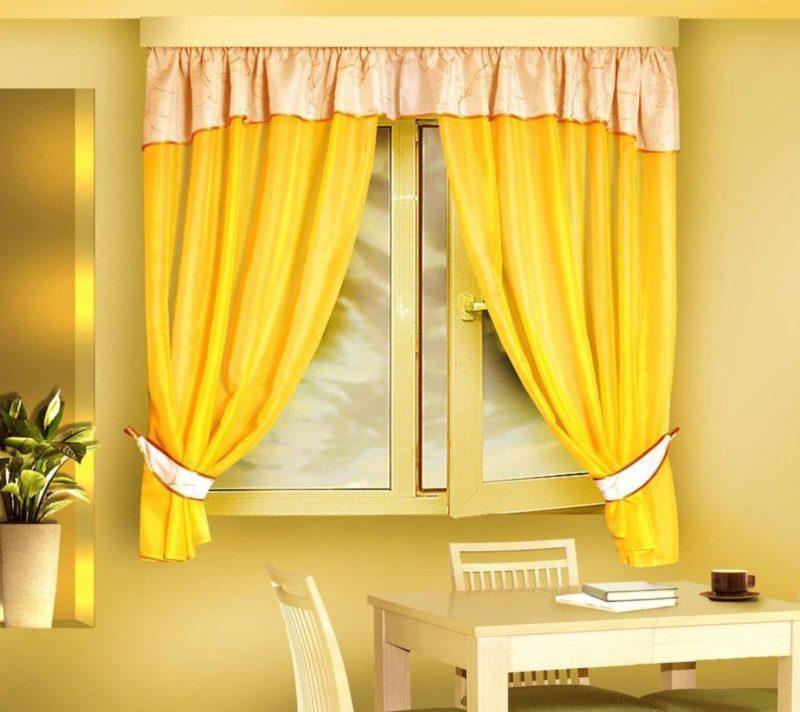 желтые шторы.